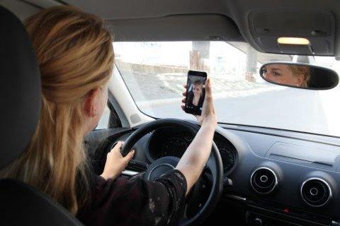 Det er bilister som havner i feil kjørebane blant annet som følge av at man tar en selfie.