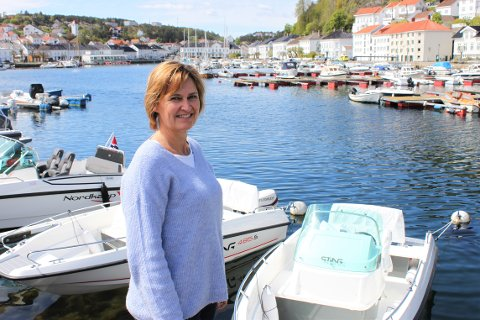 NYE OPPLEVELSER: Hanne Grethe Mesel, som har jobbet på Sjøsenteret i 13 år, har aldri opplevd tidligere at de blir utsolgt for flere båtmodeller.