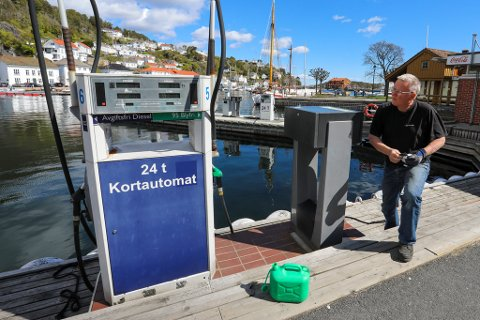 KRONER 18,59: Da Thor Walter Eriksen skulle sjøsette arbeidsbåten, trengte han å fylle opp tanken. Her sjekker han bensinprisen ved Risør Bensin og Marina i Strandgata.
