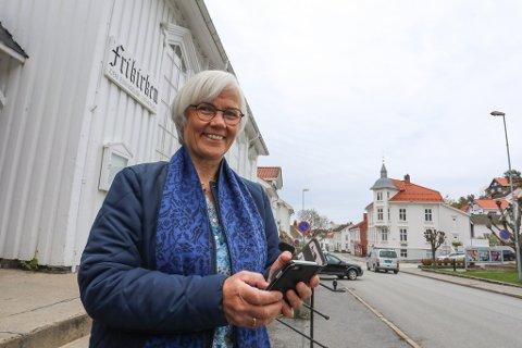 MOBILE ÅRER: For første gang skal vårbasaren til Risør Frikirke sendes direkte via nett, og pastor Else Birgit Bergem Strand gleder seg til å ro i land det hele via mobiltelefonen.