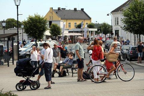 Risør er et yndet turistmål, noe man kunne merke også i helga. Kommunelege Kathrine Pedersen sier en dialog med næringslivet er viktig sommeren 2020.