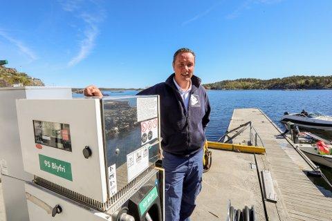VIL SELGE MER BENSIN: Daglig leder Jim Berg ved Risør fiskemottak på Holmen bygger ny marina: – Vi klarer å holde konkurransedyktige priser på bensin og satser på å få flere fritidsbåter til å fylle her.