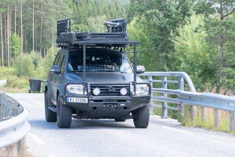 Politiets beredskapstropp ankommer området det skulle i søkes i mandag, etter å ha kjørt fra Oslo med to biler. Tidligere kom det mannskaper med helikopter.