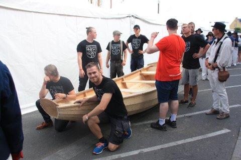 Denne prammen ble bygget under Risør Trebåtfestival i fjor. Den har ikke havnet på vannet i år, da det allerede er en pram til utleie som ingen tør låne.