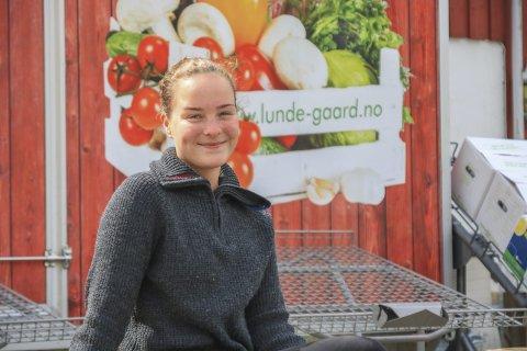 Fruktarvingen: Anna Lunde (20) er datter av Anders Lunde som eier Lunde Gård. Hun har allerede i flere år hatt ansvaret for fruktboden. Nå flytter hun til Oslo for å studere forretningsutvikling for å kunne ruste farens firma for fremtiden. Foto: Marianne Stene