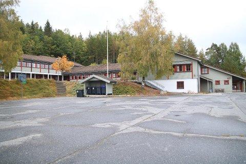Fiane Skole er snart klar for salg. Den høyre del av den gamle skolen har Gjerstad Idrettslag fått til nytt klubbhus.