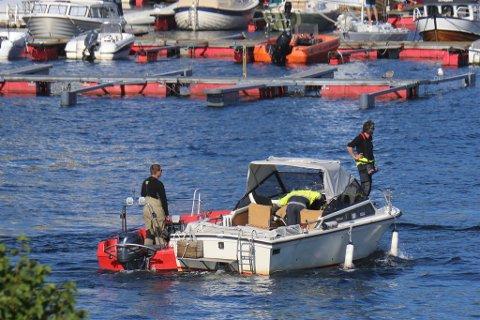 Brannvesenet tauer vekk båten som kræsjet i brygga ved Tollboden i Risør.