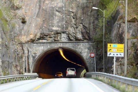 OVERFLØDIG: Bruråstunnelen som leder trafikken på E18 til Vinterkjær sørfra, nærmer seg historien. Når ny risørvei og ny E18 om noen år står ferdig, vil tunnelen ikke lengre bli brukt.