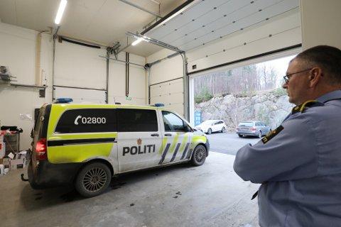 Lensmann Odd Holum følger med når en politipatrulje kjører ut fra garasjen til politihuset på Østebøsletta. Torsdag måtte politiet bortvise en selger som ikke hadde de rette tillatelsene for å drive salg på torvet.