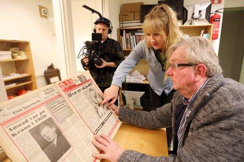 """SPENT: Rolf Røisland (t.h.) er gammel journalist, senere redaktør, i Aust-Agder Blad, og har fått en fremtredende rolle i Novemberfilm og TV2s siste """"true crime""""-satsing, """"Marianne-saken"""", som sentrerer rundt forsvinningsgåten etter Marianne Rugaas i Risør i 1981. Her er Røisland sammen med journalist Anne Marte Adolfsen, i lokalene til AAB under innspillingen."""