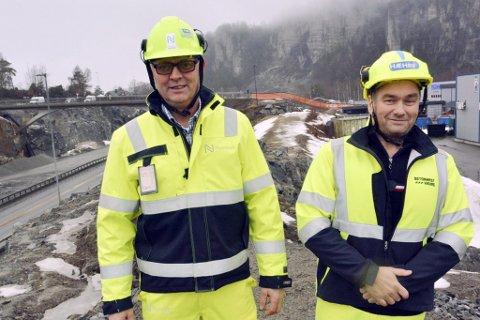 ERFAREN VEIBYGGER: Jørn Rinde (til venstre) er prosjektleder for den nye motorveien gjennom Risør og Gjerstad. Her står han sammen med Asle Ståland fra entreprenøren Hæhre, da de bygget E18 mellom Dørdal og Rugtvedt, som ble åpnet i fjor. Hvilken entreprenør som skal brukes på det neste strekket mellom Dørdal og Tvedestrand, er enda ikke signert.