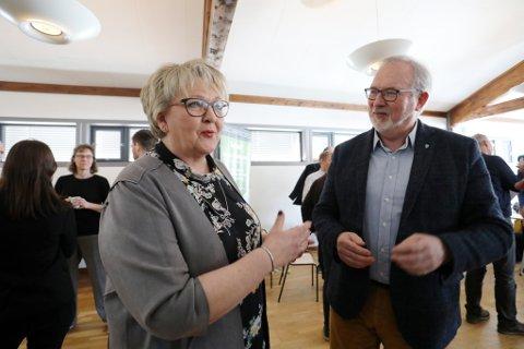 FOLKEVALGTE PÅ FOLKEMØTE: Gjerstadordfører Inger Løite (Ap) og risørordfører Per kr. Lunden (Ap) er fast inventar når det trommes sammen til møter om vei. Nå blir det folkemøter i begge kommunene.