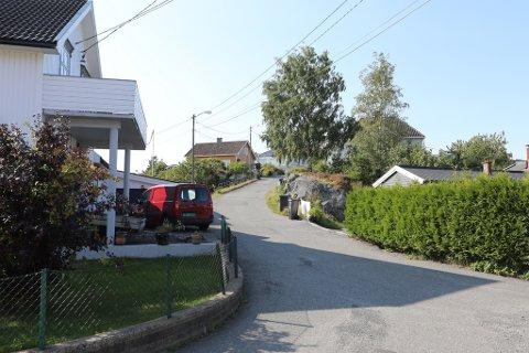 NYE RØR: Her i Konvallveien skal kommunen i gang med omfattende saneringarbeid.