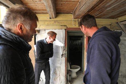 HEMMELIG ROM: Når kommunen og fylkeskommunen får med seg en lokalkjent byggmester på befaring, dukker det opp rom som få vet om. Nei, dette er ikke et offentlig toalett. Det er inngangen til en kjeller ved Hollenderhagen.