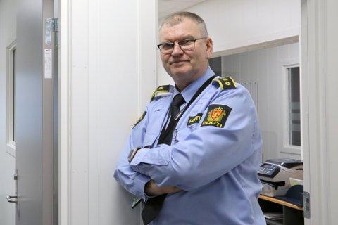 Lensmann Odd Holum forteller om de siste hendelsene i Risør og Gjerstad.