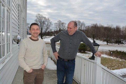 FEM KRAFTVERK SOLGT: Svein Egil Heimvik (t.v.) og Tom Jensen i Fossberg Kraft AS kunne torsdag dele nyheten om at fem av deres kraftverk er solgt til britisk selskap.