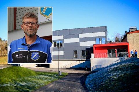 REAGERER: Gunnar Fløystad i Gjerstad Idrettslag mener kommunen heller burde brukt en av de nedlagte skolene til massevaksinering.
