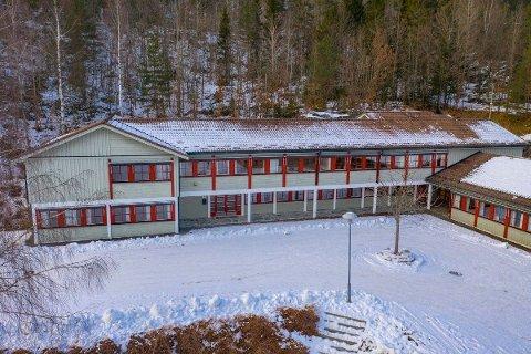 TIL SALGS: Fiane skole ble nedlagt i 2019. Nå skal kommunen selge delen som ikke er gitt til Gjerstad Idrettslag.