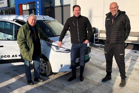 FØRNØYD TRIO: Fra venstre: Magne Ausland, bilkjøper, Morten Gåseide, salgskonsulent, og Trond Arne Syversen, oppmann i Follo HK Damer.