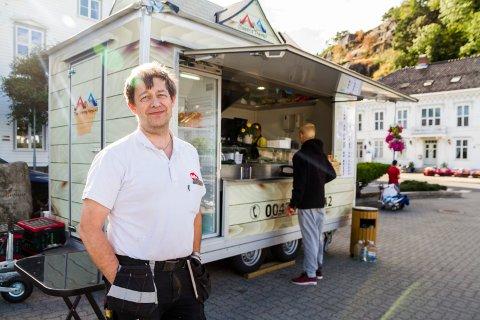 Viktor Hauge har søkt jobb som butikksjef for Vinmonopolet i Tvedestrand.