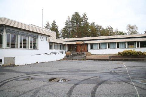 Siden barneskolen ble lagt ned i Gjerstad, har den begynt å forfalle. Nå skal det gjøres mindre oppdateringer utvendig.