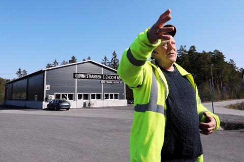 """SKAL VEKK: Som en konsekvens av prosessen rundt ny E18 og fjerningen av den såkalte """"Næringsveien"""" har Bjørn Stiansen hos Klaro tatt det endelige valget, han flytter ut av kommunen."""