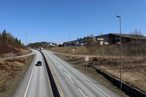 Nye Veiers utbyggingsdirektør Johan Arnt Vatnan sier at ved en vedtatt reguleringsplan i november i år, er den første realistiske muligheten til å åpne første delstrekning mellom Tvedestrand og Bamble først i 2026.