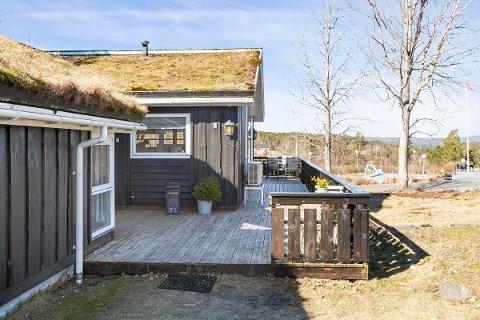 – Hyttemarkedet er skrapa nå. Vi merker den samme effekten som i fjor sommer, at mange ønsker å kjøpe seg hytte på Sørlandet, sier eiendomsmegler Per Erling Fløistad. Han sier hytta på Jegertunet var i et attraktivt prissegment.