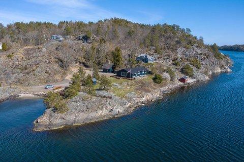 Hytta ved Åsvika i Risør ligger i en høy prisklasse. Megleren tror likevel det vil være god interesse for eiendommen.