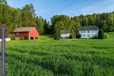 Tunet består foruten en enebolig, også av bryggerhus og uthus.