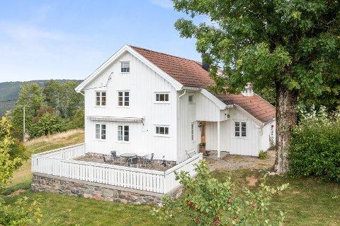 Våningshuset fra 1814, sammen med resten av eiendommen, ligger ute til 3.4 millioner kroner.