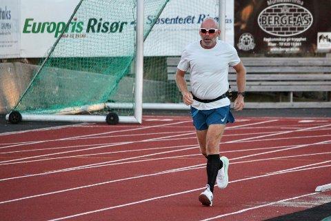 EKSTRA MOTIVASJON: Geir Enersen er en del av løpegruppa i Risør. Det er spesielt onsdagsøktene han er med på. Der finner han både ekstra motivasjon til trening og et fellesskap med andre løpere i alle aldre.