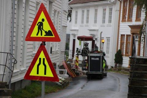SKJÆR OG LAPP: Mange asfaltveier skjæres opp på grunn av bredbåndlegging i Flekkefjord, men det er bare fylkeskommunen som har sikret seg at alle steder som skjæres skal ha helt ny asfalt etterpå.