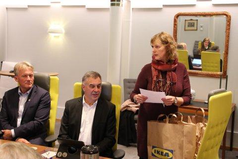 HYGGELIG HILSEN: Marit Haugland Feed (Ap) takket for åtte år i formannskapet.
