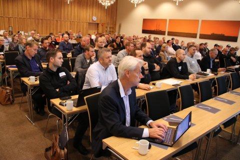 Administrativ leder Svein Vangen i Listerrådet samler id ag full sal med tema om den nye E39 i Rosfjord hotell.