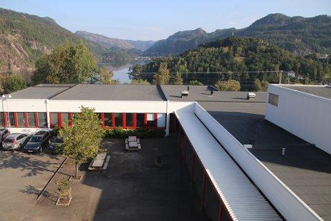 UTSIKT TIL NY ETASJE: Deler av Flekkefjord videregående har allerede fire etasjer. Over verkstedene er det klargjort for en etasje til som man nå håper å få fylkespolitikerne med på.