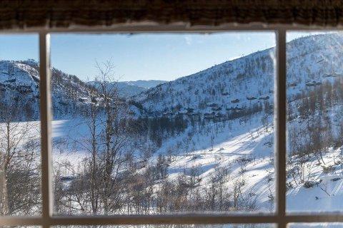 DRØMMEN: En slik utsikt er drømmen for mange. Til en prisantydning på 650 000 kroner gjør det kanskje ikke noe å at det ikke er garasje i kjelleren?