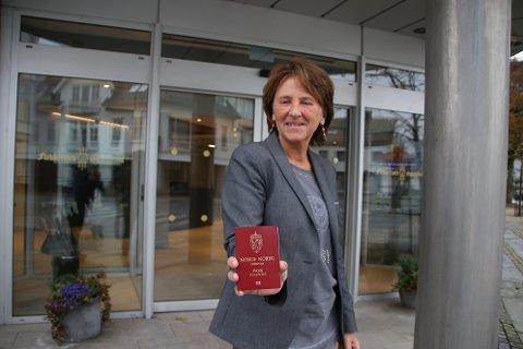 LØRDAGSÅPENT: Kunderådgiver Gunn Jorna Hagen Messmer forteller at Flekkefjord Sparebank holder lørdagsåpent for å skanne pass og registrere folks identitet.