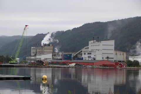 INDUSTRI FOR ALLE: Ordfører Per Sverre Kvinlaug viser til at kraftpenger som ble brukt til industrireisningen med Sira-Kvina og Øye Smelteverk (Eramet) var prosjekter for hele Vest-Agder.