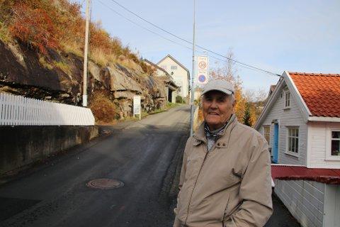 TRANGT: Finn Torkildsen som har Kleivan-eiendommen til høyre i bildet liker ikke planene om 17 boenheter i fjellområdet til venstre i bildet.