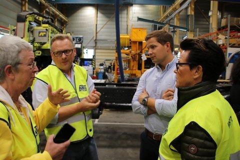 Administrerende direktør Peder Andersen i AMV (bak til høyre) etterlyste rettferdig formueskatt mellom lokale eiere og utenlandske eiere da NHO og stortingspolitikere var på besøk tidligere i høst.