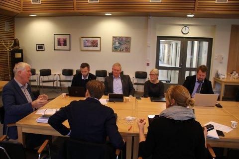 STOLT: Listerrådets leder Arnt Abrahamsen (Ap) (til venstre) var stolt over å kunne fortelle at Karriere Lister ser ut til å være berget.