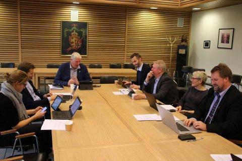 SI FRA: Listerrådets leder Arnt Abrahamsen (Ap) (ved enden av bordet) mener det må sies tydelig fra om å få beholde flest mulig skatteoppkrever-ansatte i Lister.