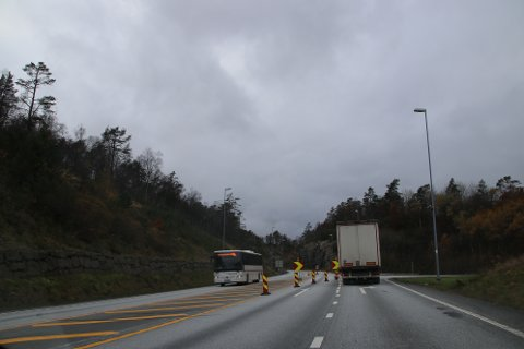NOEN FÅR KJØRE: Utrykningskjøretøy slipper å bruke omkjøringsveien. Det gjør også busser til mellom Handeland og Tjomsland.