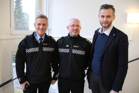 GAV POLITI-ROS: Politikontakt Jan Magne Olsen (i midten) og lensmann Asbjørn Skåland fikk ros fra ordfører Per Sverre Kvinlaug (KrF).