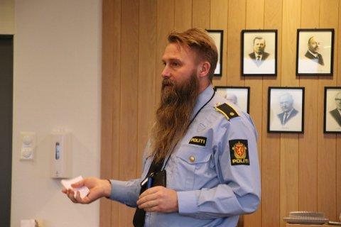 FØLGER GODT MED: PolitiførstebetjentMagneLangseth ved Mandal politistasjon er også etterretningsleder for VestreAgderdriftsenhet i politiet.