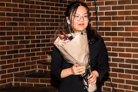 MOTTOK GRATULASJONER: Hanna Kim gratuleres her som kandidat til Drømmestipendet, etter å ha spilt under budsjettmøte på Soknatun.