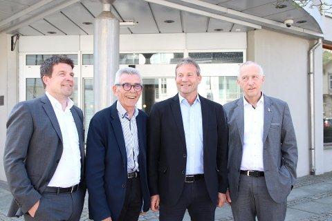 IKKE ENIGE: Det var god stemning på pressekonferansen i april. Nå opplyses det derimot om at det ikke blir en fusjon mellom bankene likevel. Fra venstre: Vidar Torsøe, Arne Gravdal, Arne Ingebrethsen og Jan Kåre Eie.