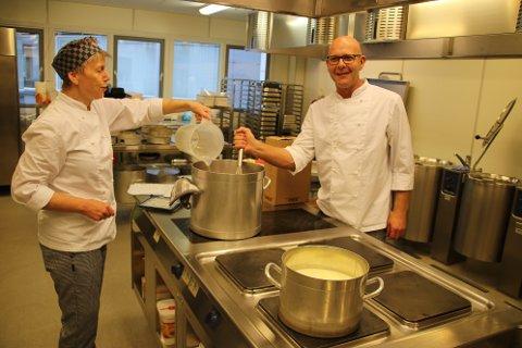 MANGE KOKKER: Kokkene Kari helseth og Trond Vågsvoll er to av 13 kokker som deler på ni årsverk på Tjørsvågheimen. De er nå på jakt etter kokke-lærlinger.
