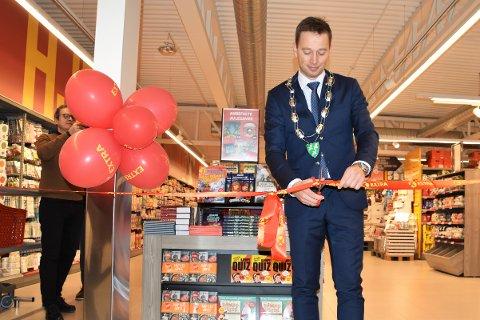 HØYTIDELIG ÅPNING: Ordfører Jonny Liland stod for den offisielle åpningen av Coop Extra-butikken på Tonstad.